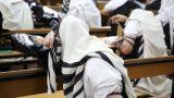 חרדי מתפלל בית הכנסת מתעטף בטלית (Small)