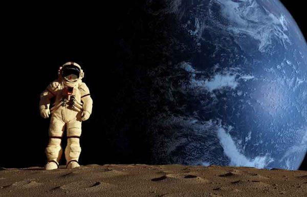 כל העולם הריע לאסטרונאוטים שכבשו את הירח. מי לא שמע והתפעל ממהלך הטיסה, מהשיגור מהנחיתה, ממהירות הטיסה, אבל איש לא חשב איזו הפקרות זו, להסגר בתוך בועת ברזל, להיות משוגרים בתוך טיל, לטוס בחלל תלויים במכשירים אלקטרוניים עדינים