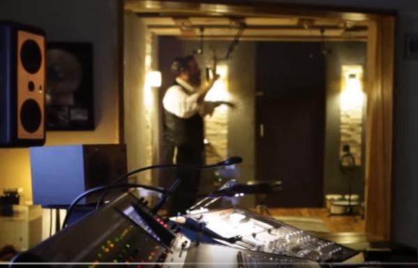 אייזיק האניג באולפן ההקלטות