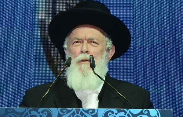 """""""לפתע ניגש יהודי אל שולחן המו""""צים, ובידיו שלושה לולבים. השאלה שבפיו היתה 'מה הרבנים אומרים על שלושת הלולבים שבחרתי?'… הרבנים כבר רצו להצביע בפניו על המודעה האומרת שאין לשאול שאלות מסוג זה, אבל היהודי ההוא הקדימם""""…"""