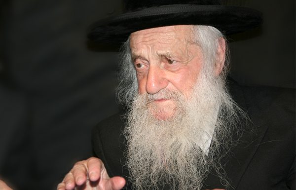 """לפני כארבעים שנה קניתי כורסא מרווחת עבור אמי – הרבנית ע""""ה, שהייתה אז חלשה. פעם הצעתי לאאמו""""ר שישב על הכורסא, אולם אאמו""""ר נענה לי באמרו: """"אברהם, זה לא בשבילי, אם אשב על כסא זה, כבר לא יצא שבט הלוי חלק ו'"""""""