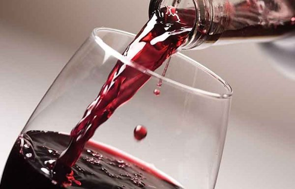 """יש לך בקבוק יין, ואם תשתה בפורים לא יהיה לך יין בפסח לד' כוסות – מה קודם? וגם: נתת לעני מתנות לאביונים ונודע לך אח""""כ שזכה בפיס, האם יצאת ידי חובת מתנות לאביונים?"""