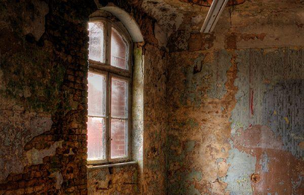 הגיעו לחלון ביתו של האברך, שהיה גר במרתף שחצי קומת הדירה היה בתוך האדמה, וראו איך יושבים סביב השולחן האברך עם שבעת בניו, ואוכלים לחם עם קצת שמן