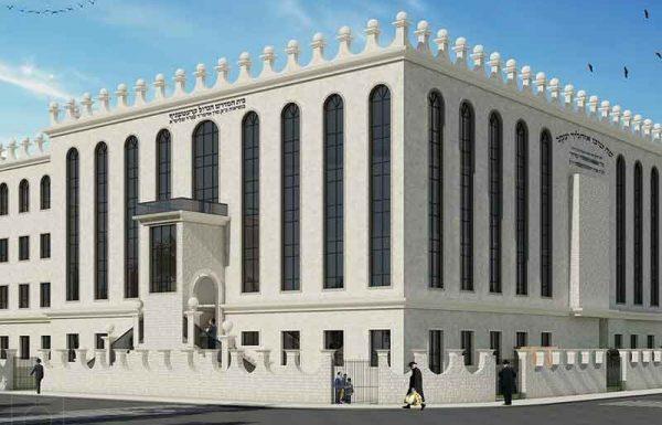 באחד מבתי הכנסת המרכזיים בעיר חרדית, נתקלו לאחרונה בבעיה חמורה: מצד אחד, בית הכנסת אינו מכיל כעת את כל המתפללים הרבים הבאים בשעריו, ומצד שני, אסור להרוס בית כנסת קיים, כדי לבנות בית כנסת גדול ומרווח יותר במקומו