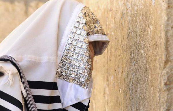איזה אדם גדול עמד בתפילת שמונה עשרה ולא שמע כלל שיורים ליד אוזנו ברובה?