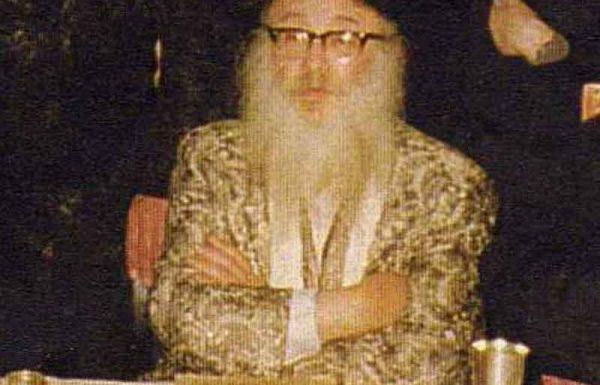 בסיום הטיש, כשעברו כולם לומר 'גוט שבת' לרבי, היסס היהודי האם לעבור. הוא כלל לא היה בטוח שהרבי יכירו, שהרי קודם המלחמה היה עטור בזקן ובפאות וכאן הופיע בלי כלום…
