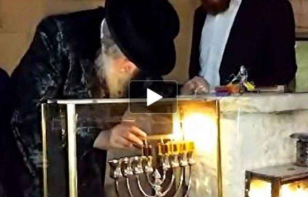 """צפו בוידאו: הדלקת נרות חנוכה של הראב""""ד הגר""""מ שטרנבוך שליט""""א"""