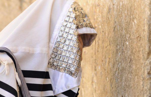 מה המקור למנהג גדולי ישראל ודיינים לצאת במקל עם עטרה של כסף, ויש במקל נקב ורצועה בתוכו?