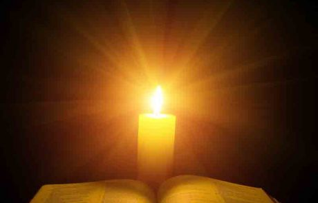 האם מותר בימינו לקרוא בשבת לאור הנרות? ומה הדין כשאור החשמל דולק יחד עם אור הנרות?