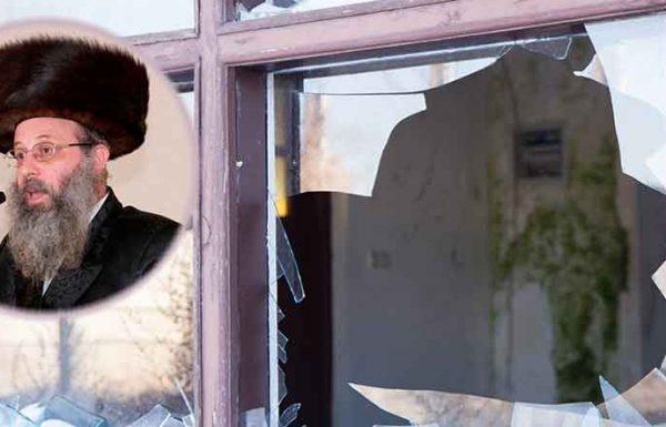 כשחזר לביתו, הבחין לחרדתו הרבה, שחלונות ביתו נופצו ונשברו, והבין שגנבים פרצו לביתו. לפתע נזכר שהשאיר סכום עצום של 40.000 דולר על השולחן, ונתקף בפחד נורא