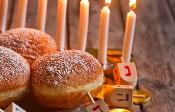 סופגניה או ספינג', עם ריבה או עם שוקולד, לביבות גבינה או תפוחי אדמה, כל המקורות והמנהגים על מנהג ישראל לאכול בחנוכה מאכלי חלב וטוגנים
