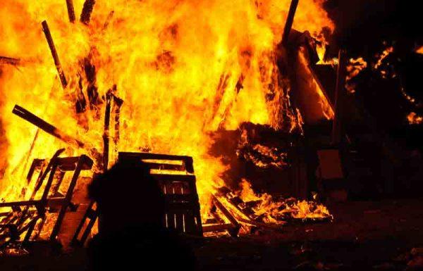 """דליקה שפרצה בשבת, בבית אדם שיש לו כת""""י יחיד של חידושי תורה שכתב כל חייו, ויש חשש של פיקוח נפש אם יוודע שנשרפו – האם מותר לכבות הדליקה?"""