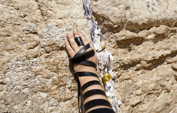 """יום אחד התייצב יהודי מיוסר בחדרו של הרבי מסקולען זצ""""ל והציג עצמו: """"אני מנדל שוּב""""… הוא נטש הכל, חמק בחשאי מלשכתו המפוארת, שב לדתו ואמונתו וביקש תיקון תשובה…"""