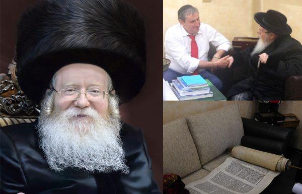 """אלי פינסקי הצביע על 'השקית האדומה' במרכז החדר, וסיפר כיצד התגלגלה לידיו על ידי חברו הגוי. """"הוא אמר לי כי מדובר ב'משהו חשוב של יהודים…'"""". לבו של האדמו""""ר מקרעטשניף שליט""""א החסיר פעימה, ואלי, מיהר לרוקן את ה'שקית האדומה' מתכולתה"""