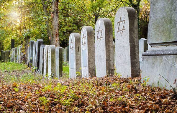 שריקות כדורים ומטחי ירי מכל עבר, אך הוא צועד בגבורה עם הגופה להביאה לקבר ישראל
