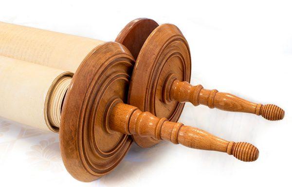 איזה דרשן רשאי לעמוד בגב מופנה לארון הקודש? אילו חפצים מותר להניח בארון הקודש?