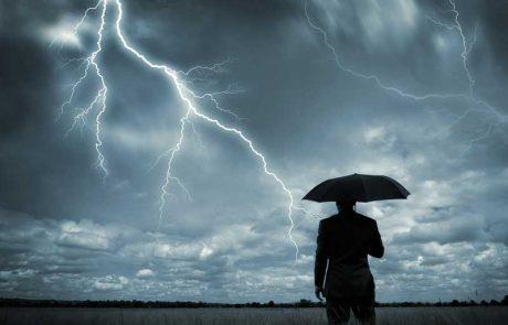 ימות הגשמים: התקרה מטפטפת ומים מחלחלים מן השכנים – מי נושא בהוצאות?