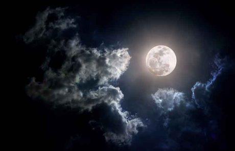 אם הלבנה מכוסה בעננים וכן אם יש מסך בינו ללבנה, אם הוא עבה עד שאין ניכר אורה אין לברך, אך אם הוא דק וקלוש יכול לברך