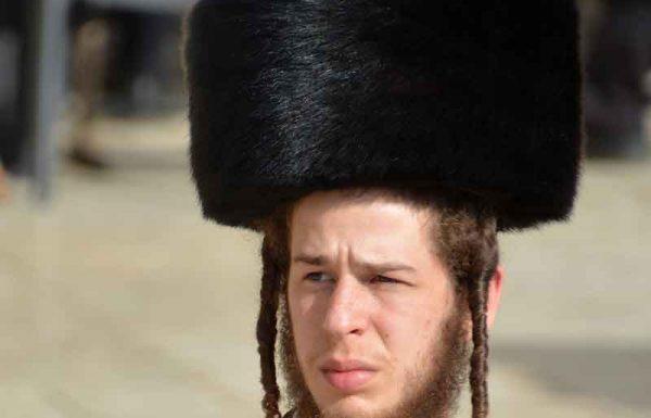 """הגה""""ח רבי נתן לוברט זצ""""ל שח פעם באזני תלמידו: """"יתכן אצלי שפעמים אלך בש""""ק עם כובע רגיל ולא בשטריימל, אולם בחג ובחול המועד זה לא יכול לקרות""""…"""