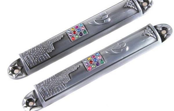 האם מותר לקבוע מזוזה בתוך נרתיק מברזל? והאם יש עניין לא לכתוב חידושי תורה בעט מברזל?