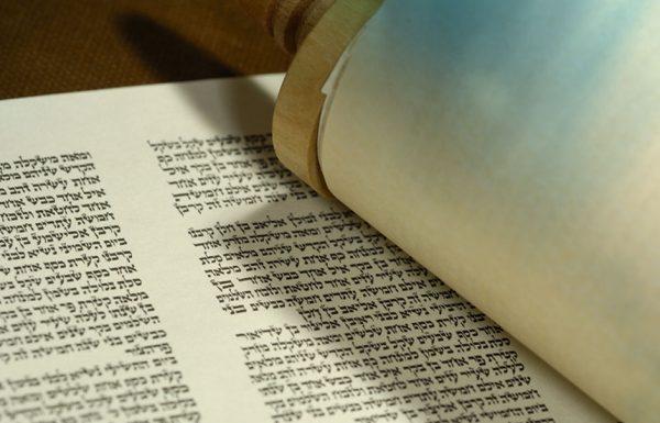 כשליהודי המשומד חרה על הקידוש ה' שהתפרסם, וברשעותו החליט לעשות מעשה חמור שלא ייעשה בספר התורה שכתב עזרא הסופר?